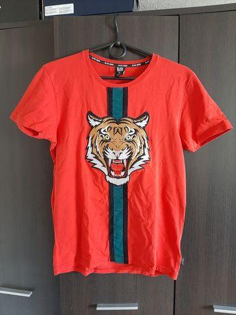 Czerwona koszulka z tygrysem i modnym, ozdobnym paskiem