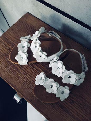 Sandałki z kwiatkami rozmiar 23