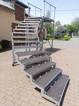 Mobilne schody z platformą