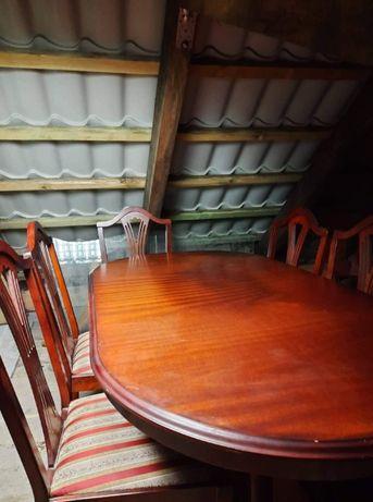 Piękny mahoniowy stół z krzesłami rozkładany