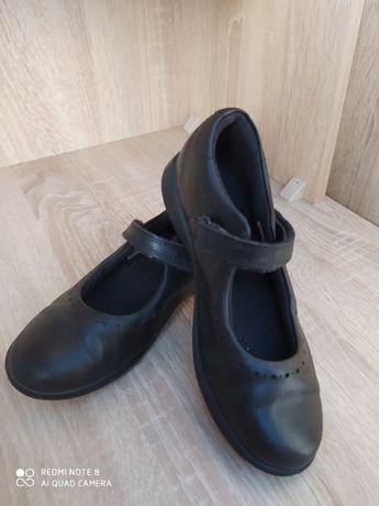 Продам кожаные фирменные туфли Clark's