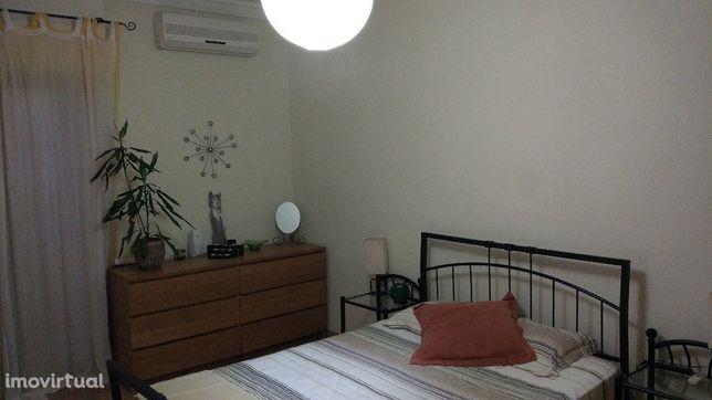 OPORTUNIDADE - Linda-a-Velha QUARTO/Apartamento