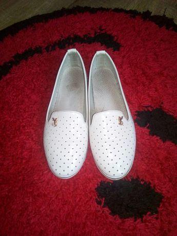 Туфельки біленькі
