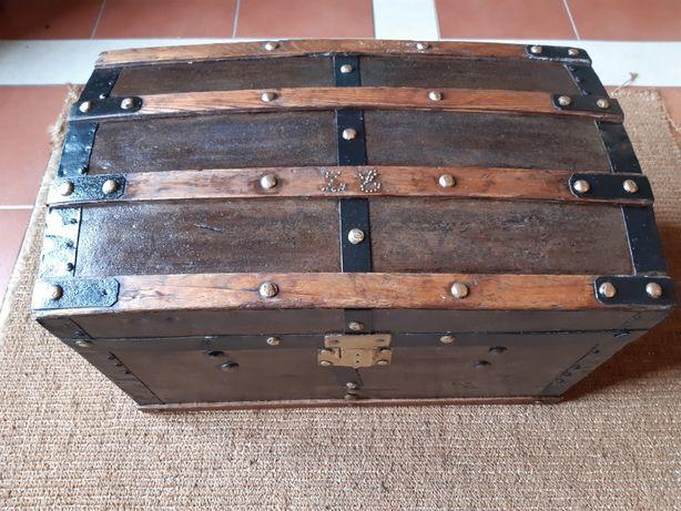 Baú arca antigo de viagem fabrico de 1900