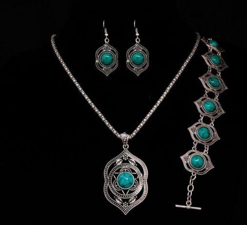 Комплект бижутерии с камнями: кулон на цепочке, серьги и браслет