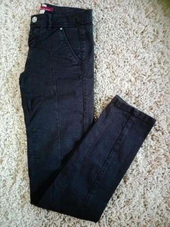 Bershka, spodnie, klasyczne czarne rurki r. 34