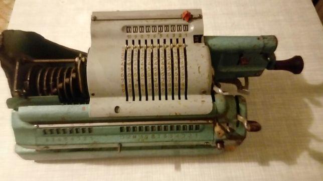 Stary zabytkowy kalkulator na korbkę Triumphator