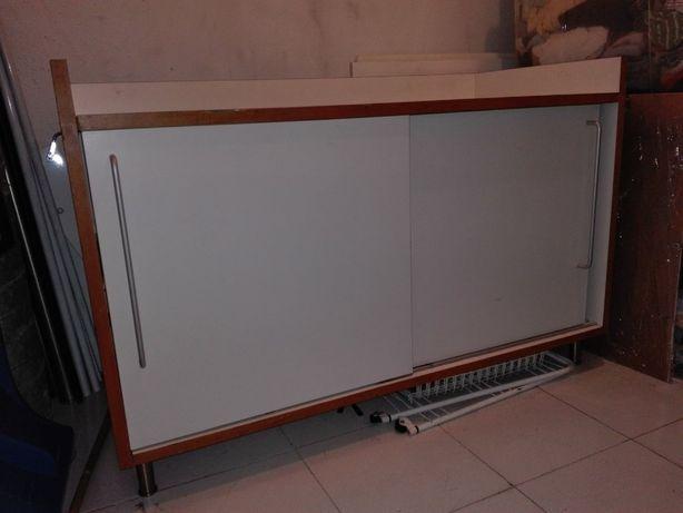 Armário branco cozinha com portas de correr e 1 prateleira no interior
