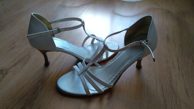 Białe sandałki 35