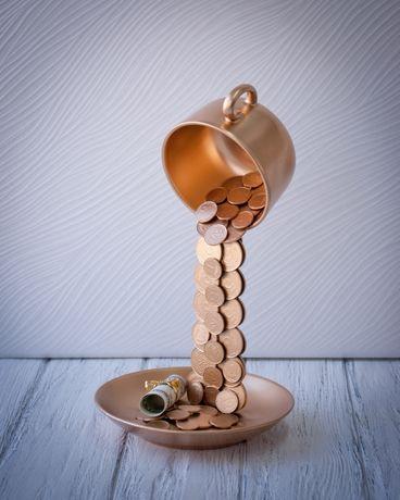 Золотая парящая чашка с монетами подарок сувенир