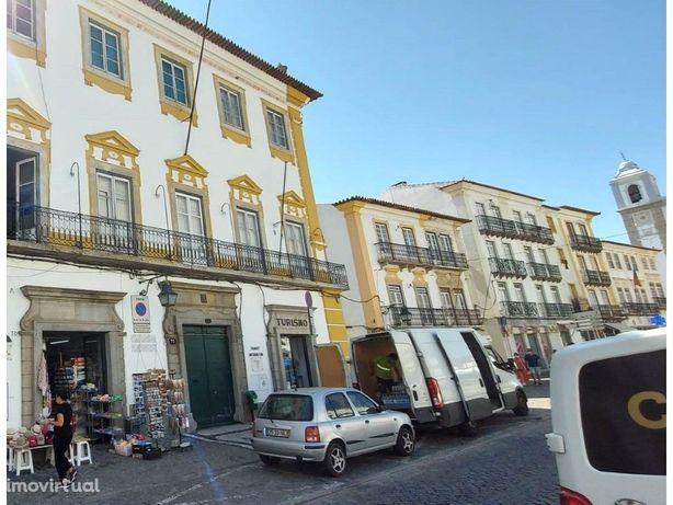 Vende-se Antigo Palácio no Centro Histórico de Évora.