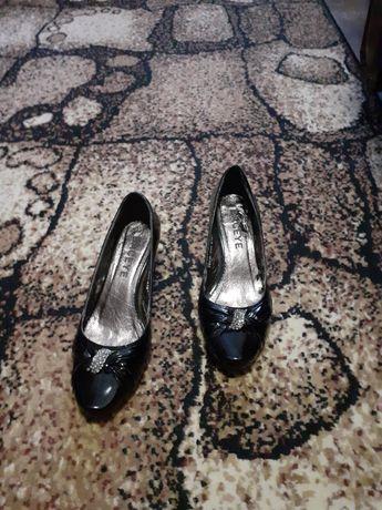 Продам женские туфли 35р