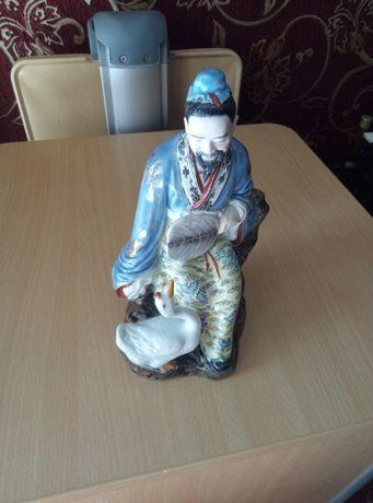 Статуэтка фарфор, старый Китай, есть клеймо, 23 см.состояние отличное