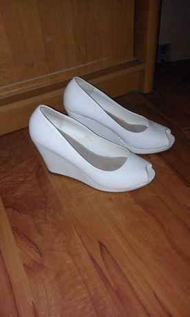 sprzedam białe na koturnie buty r 40