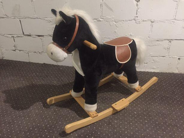 Koń konik na biegunach galopuje wydaje dźwięki