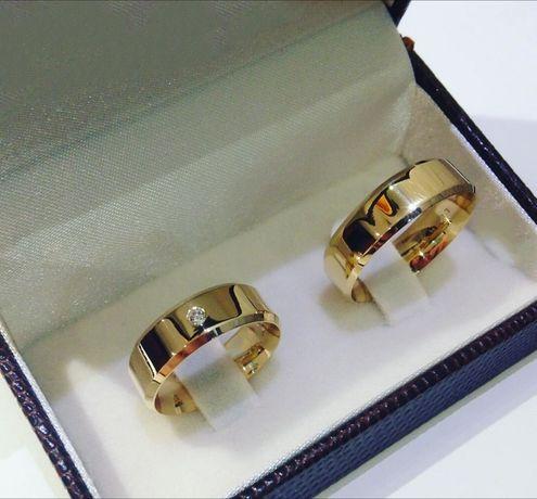 Pełen Elegancji Komplet Złotych Obrączek Ślubnych Błyszcząca Cyrkonia