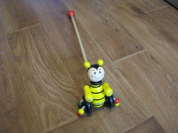 Pchacz drewniany pszczółka.