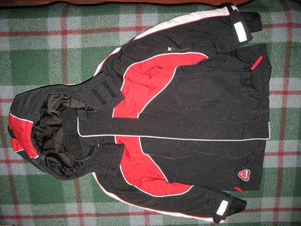 Куртка зимняя с капюшоном черно-красная для мальчика 7-9 лет