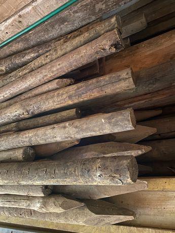 Paus de madeira tratada