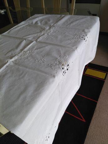 Toalha de meio linho rendada e bordada com 4 guardanapos 83×83 cm