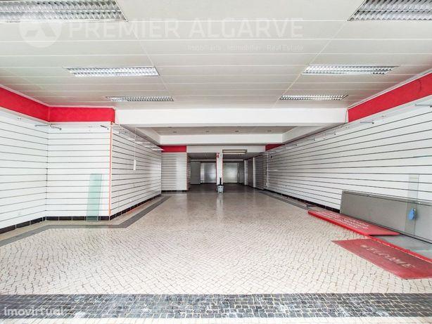 Loja ampla com boa exposição de montra com área total de ...