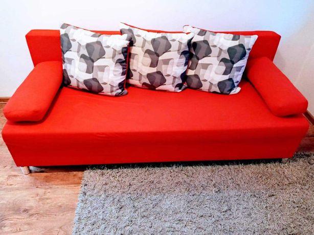 Kanapa czerwoną  z poduszkami