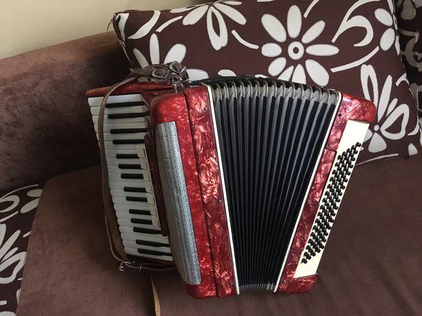 Bardzo ladny sprawny akordeon 80 basow z walizka