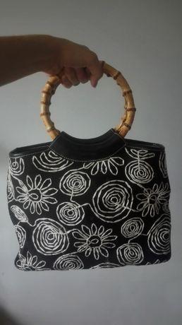Czarna torebka z bambusowym uchwytem