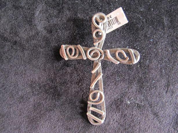 Crucifixo em prata oxidada muito trabalhada manualmente e de designer