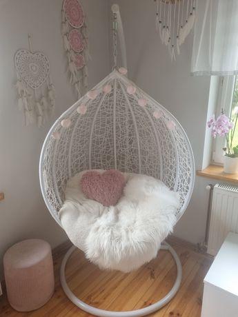 Fotel bujany wiszący kokon biały