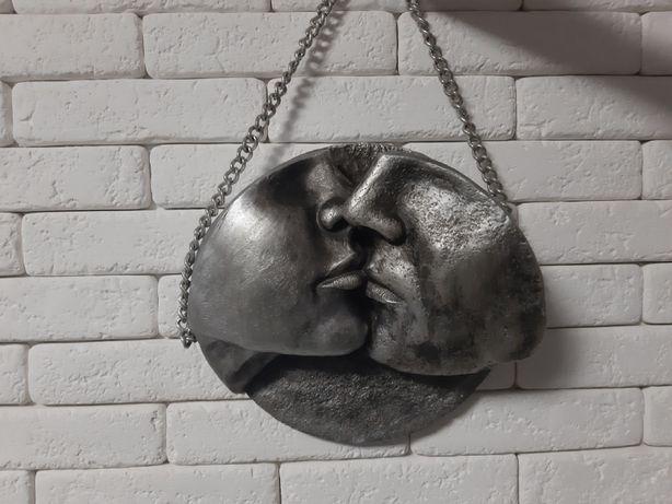 панно Поцелуй скульптура
