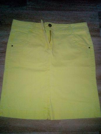 Джинсовая юбка лимонного цвета.