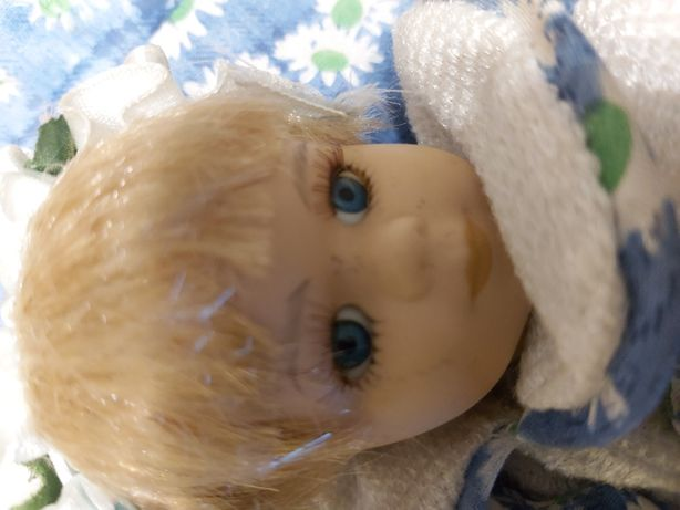 Lalka porcelanowa na poduszce