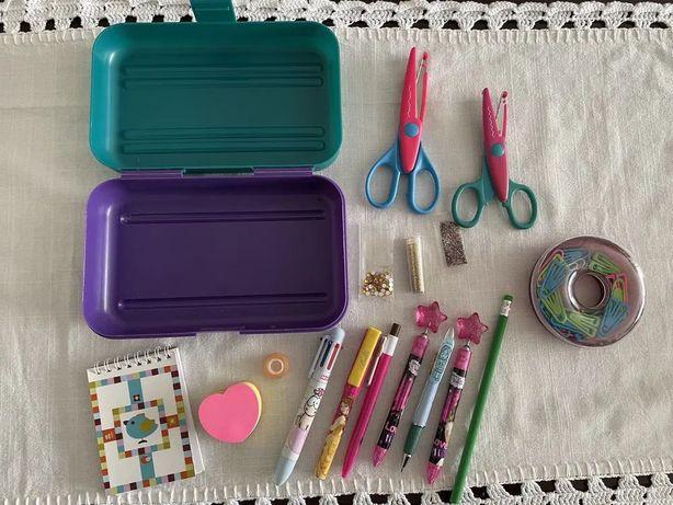 Material escolar, esferográficas, lápis, tesouras, brilhantes, caderno