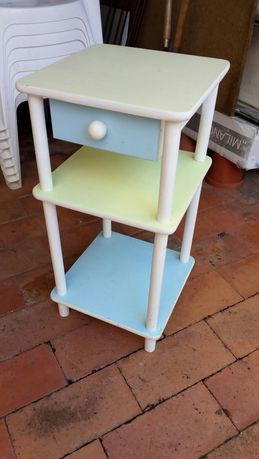 Mesa de cabeceira em madeira pintada