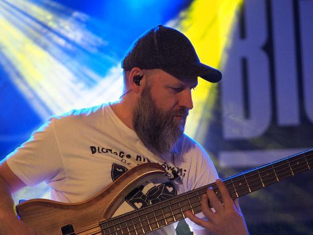 Lekcje gry na gitarze basowej u Ciebie w domu.