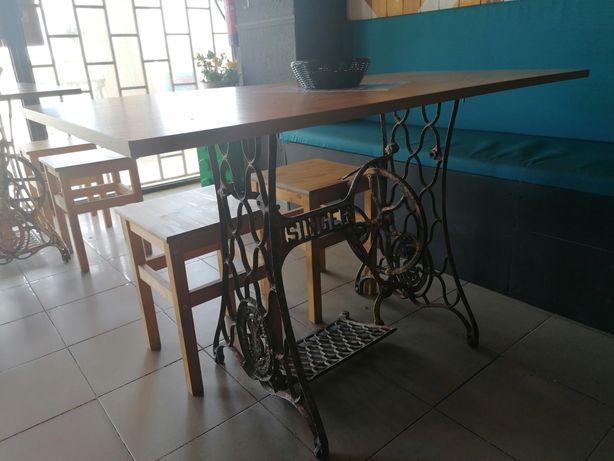 Mesa com pés antigos singer