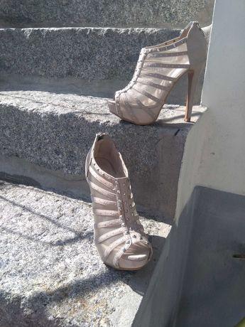 Vários pares de calçado