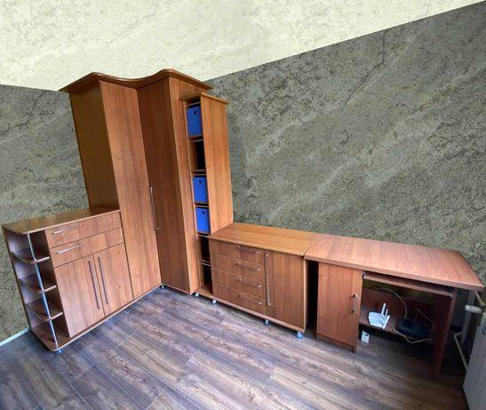 Zestaw mebli - szafa narożna, dwie komody, biurko, dwie półki