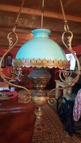 Ogromna stara lampa naftowa