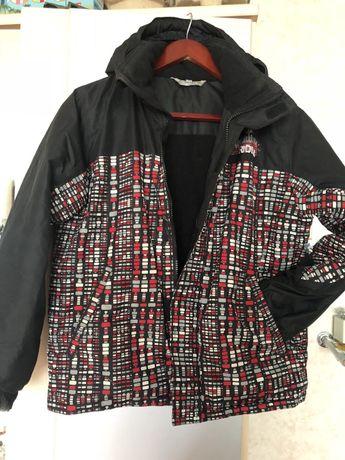 Подростковая лыжная куртка с ярким цветным принтом.