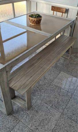 Mesa com bancos