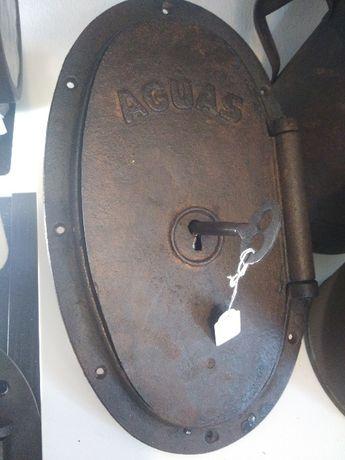 portas de ferro antigo para contador da água