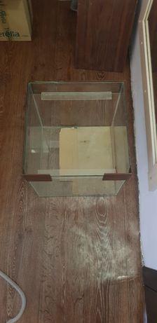 Продам просторный аквариум с крышкой, трубкой и  коробкой инвентаря
