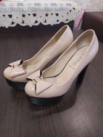 Лакові туфлі на підборах