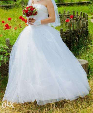 Весільна сукня з перлинами