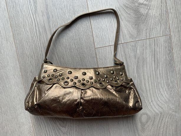 Złota torebka mała kopertówka