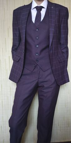 Костюм мужской тройка + галстук.