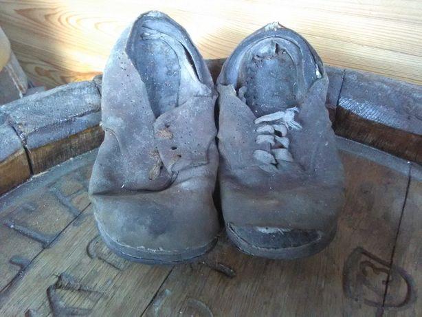 Stare buty dziecięce.