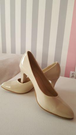 Pantofle beżowe lakierowane Brilu